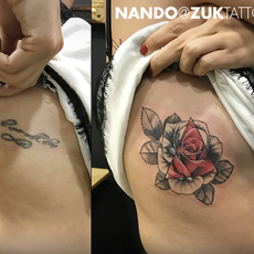 Cover con una flor dotwork en las costillas.