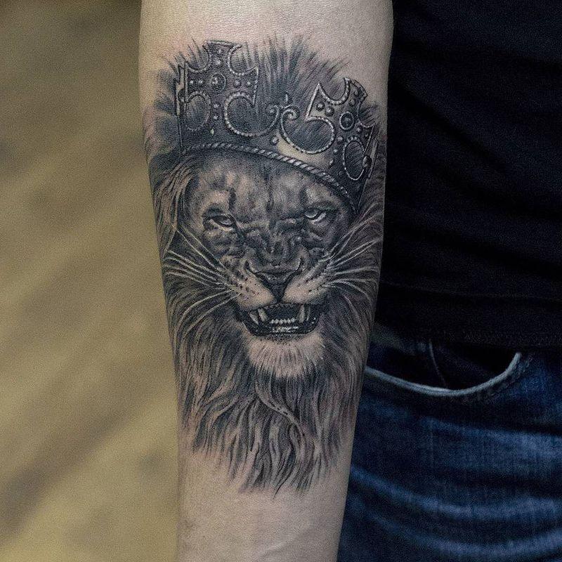 Фото тату корона с львом