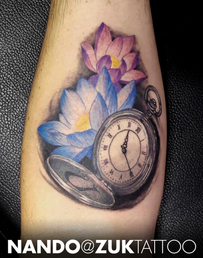 Tatuaje A Color Con Un Reloj Y Dos Flores De Loto