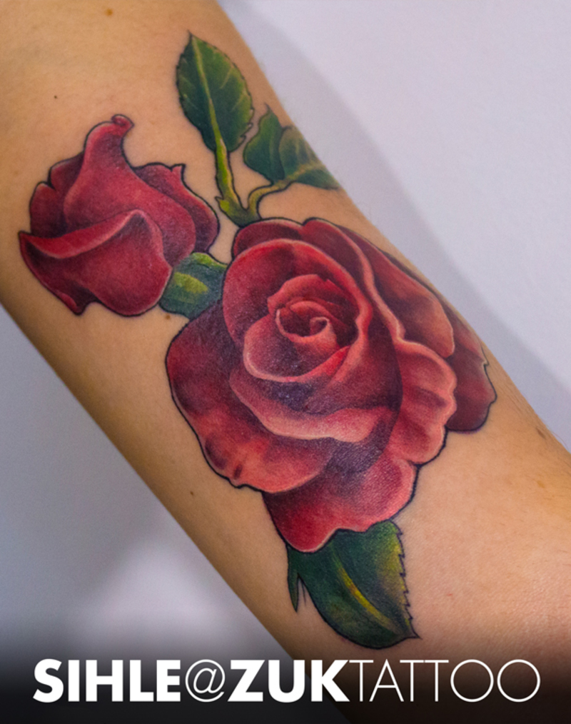 Tatuaje a color de unas flores en el brazo for Tattoo de flores