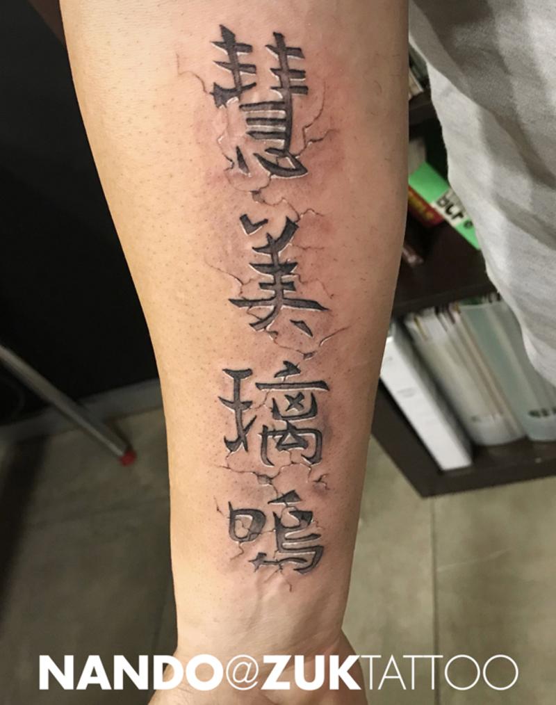 Tatuaje con letras chinas efecto relieve
